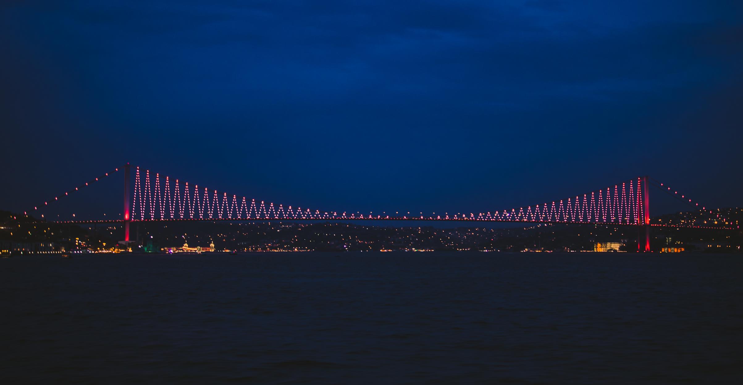 Farbenprächtig: Die Erste Bosporus-Brücke