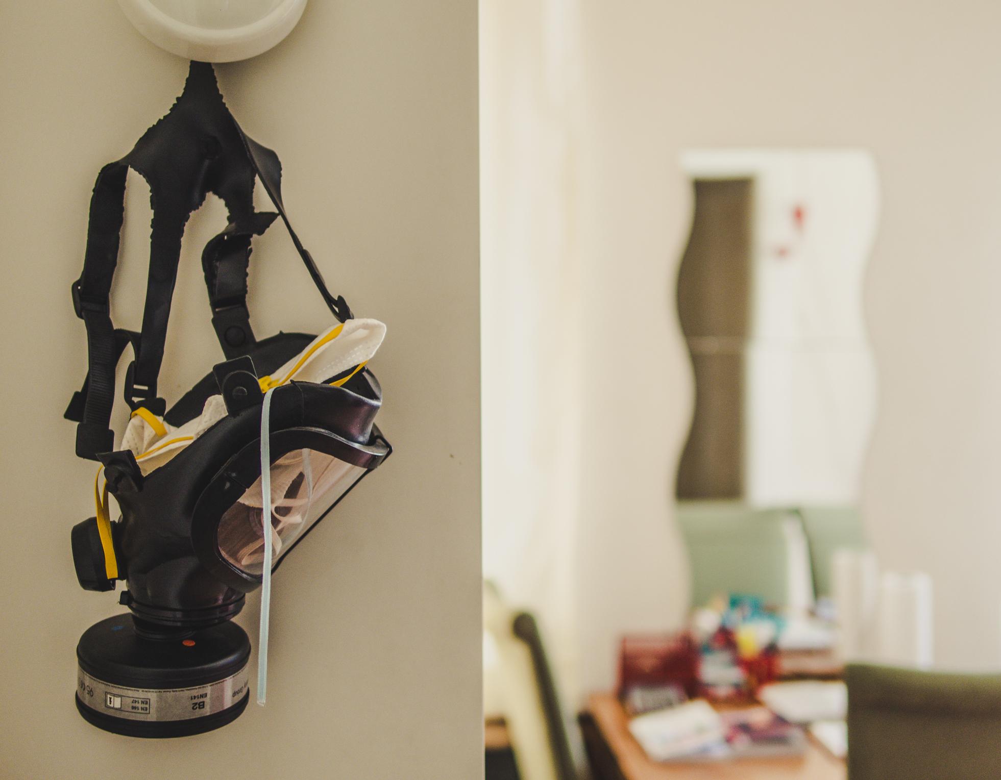 Erkennungsmerkmal der Generation Geiz: Die Gasmaske im Wohnzimmer.