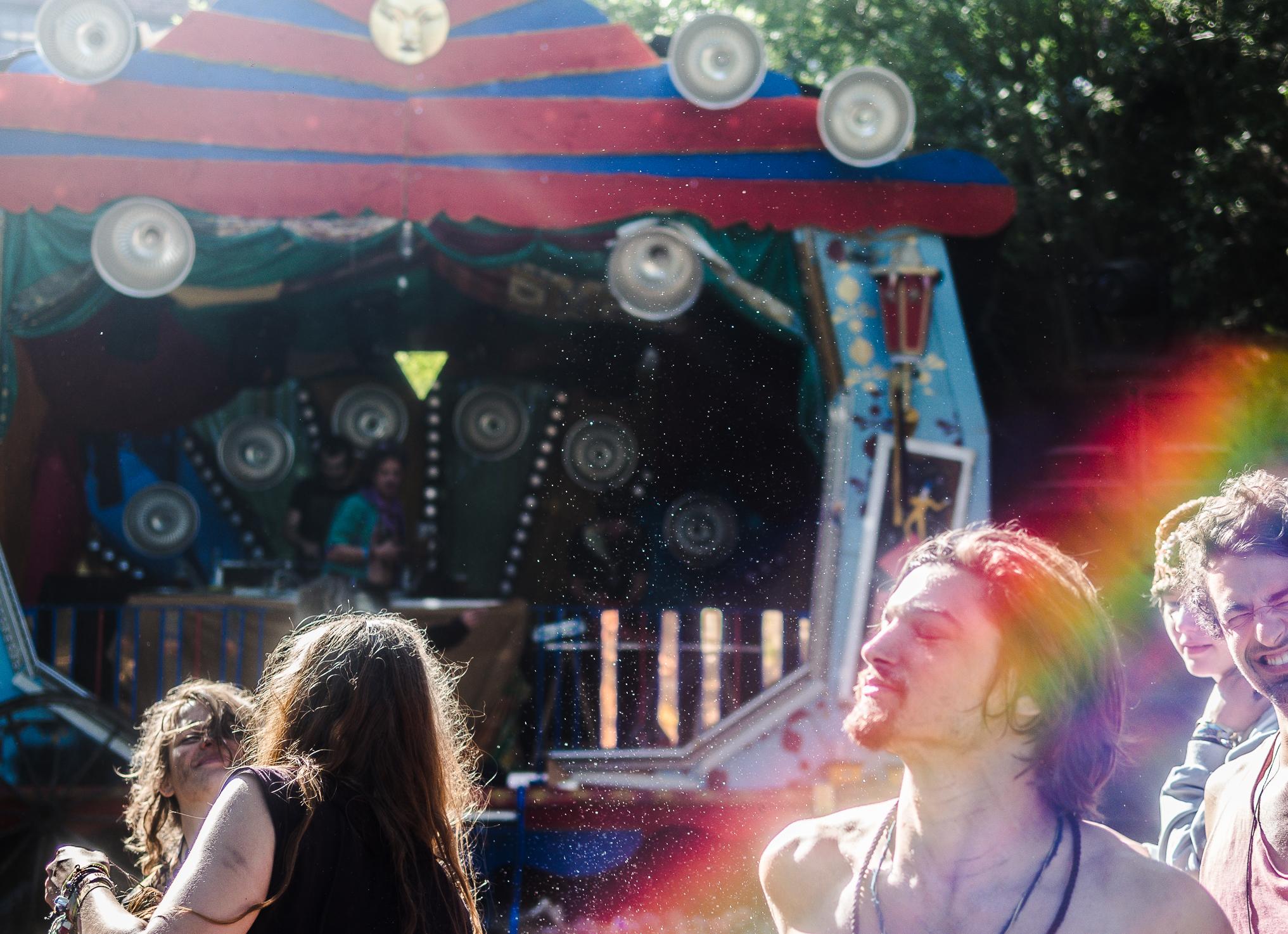 Ein Regenbogen ohne Regen ... am Morgen danach ist die Bühne vom Keller und Ram Schakl noch voller Energie